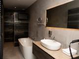 badkamer van studio in tuinvilla